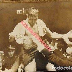 Coleccionismo deportivo: BOXEO, FOTOGRAFIA ORIGINAL,MIGUEL VELAZQUEZ PROCLAMANDOSE CAMPEON DEL MUNDO, 24X18 CMS. Lote 111373919