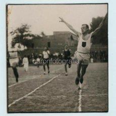 Coleccionismo deportivo: EL CORREDOR CEBRIÁN , EN LA LÍNEA DE META, FOTO TORRENS, 1930'S. 9,5X10 CM.. Lote 111457859