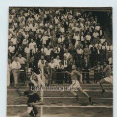 Coleccionismo deportivo: ATLETAS EN LA LINEA DE META, 9,5X14,5 CM. SIN DATOS, ESPAÑA 1930'S.. Lote 111545391