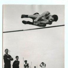 Coleccionismo deportivo: C. PALITIS, SALTADOR DE ALTURA, VER SELLO EN TINTA REVERSO. 13X18CM.. Lote 111546035