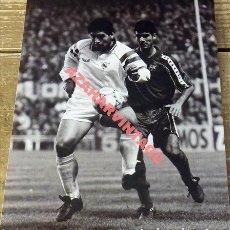 Coleccionismo deportivo: MAGNIFICA FOTOGRAFIA DE MARADONA (SEVILLA FC) CON GUARDIOLA (FC BARCELONA),15X20CMS. Lote 178106942