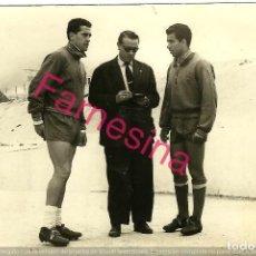 Coleccionismo deportivo: JUGADORES DEL ATLETICO DE MADRID (VAVÁ Y CALLEJO) EN EL ESTADIO METROPOLITANO.FOTO ORIGINAL DE EPOCA. Lote 112512599
