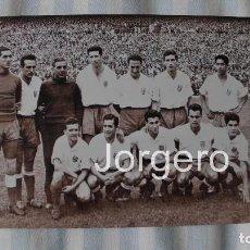 Coleccionismo deportivo - AT. MADRID. ALINEACIÓN FINALISTA COPA GENERALÍSIMO 1955-1956 EN EL BERNABÉU CONTRA ATH. BILBAO. FOTO - 113036003