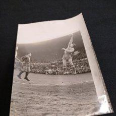 Coleccionismo deportivo: FOTOGRAFIA ORIGINAL - UNA JUGADA DEL PARTIDO C.F. BARCELONA - SEVILLA. Lote 113084323