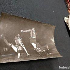 Coleccionismo deportivo: FOTOGRAFIA ORIGINAL - UNA JUGADA DEL PARTIDO C.F. BARCELONA - BOTAFOGO. Lote 113084499