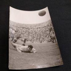 Coleccionismo deportivo: FOTOGRAFIA ORIGINAL - UNA JUGADA DEL PARTIDO C.F. BARCELONA - ATLETICO DE MADRID. Lote 113084715