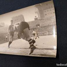 Coleccionismo deportivo: FOTOGRAFIA ORIGINAL - JUGADA DEL PARTIDO C.F. BARCELONA - ATHLETIC DE BILBAO - CON KUBALA. Lote 113086519