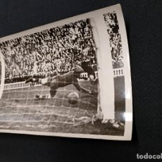 Coleccionismo deportivo: FOTOGRAFIA ORIGINAL - JUGADA DEL PARTIDO C.F. BARCELONA - VALENCIA. Lote 113086763