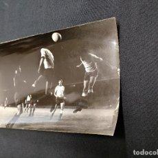 Coleccionismo deportivo: FOTOGRAFIA ORIGINAL - CESAR C.F. BARCELONA EN LA JUGADA DE UN PARTIDO. Lote 113088663
