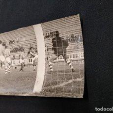 Coleccionismo deportivo: FOTOGRAFIA ORIGINAL - JUGADA EN UN PARTIDO DEL ¿ C.D. CONDAL ?. Lote 113088851