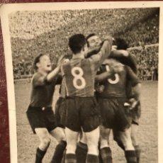 Coleccionismo deportivo: FUTBOL CLUB FC BARCELONA BARÇA JUGADORES AÑOS 50-60 ABRAZOS PARTIDO GOL (5. Lote 113159127