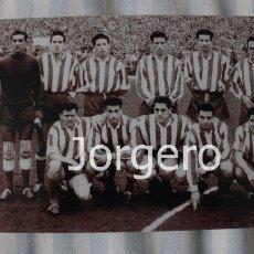 Coleccionismo deportivo: AT. MADRID. ALINEACIÓN PARTIDO DE LIGA 1956-1957 EN EL BERNABÉU CONTRA R. MADRID. FOTO. Lote 113216119