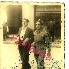 Coleccionismo deportivo: FOTO DEL DELANTERO GARRIDO DEL CADIZ FUTBOL CLUB AÑO 1947 DEDICADA Y FIRMADA A ALBERTO AMOROS DURO. Lote 108256835