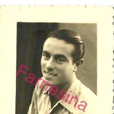 Coleccionismo deportivo: FOTOGRAFIA DE ESTUDIO DEL JUGADOR DEL MELILLA DE FUTBOL ALBERTO AMORÓS DURO CON LA EQUIPACION 1947. Lote 113312291
