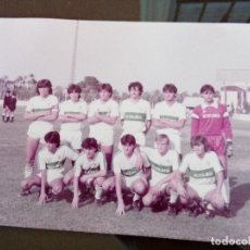 Coleccionismo deportivo: ANTIGUA FOTOGRAFIA ALINEACION ELCHE CLUB FUTBOL JUVENIL - AGOSTO 1984 - MEDIDAS 18 X 13 CENTIMETROS. Lote 113606959
