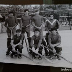 Coleccionismo deportivo: ELCHE 1970 - ANTIGUO EQUIPO UNIROYAL HOCKEY PATINES - - 15X 10 CM. Lote 113917623