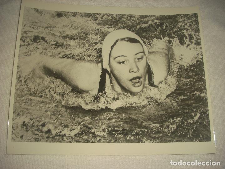 FOTO NATACION . NANCY RAMEY, WASHINGTON RECOR MUNDIAL 90 M . MARIPOSA 1957 25 X 20 CM. (Coleccionismo Deportivo - Documentos - Fotografías de Deportes)