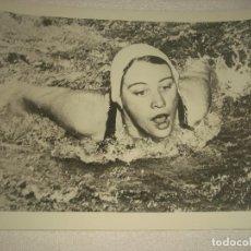 Coleccionismo deportivo: FOTO NATACION . NANCY RAMEY, WASHINGTON RECOR MUNDIAL 90 M . MARIPOSA 1957 25 X 20 CM.. Lote 113959679