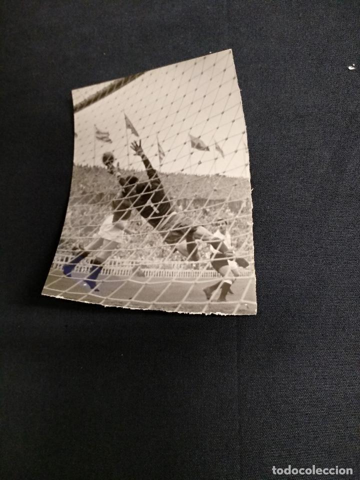 FOTOGRAFIA ORIGINAL - JUGADA DE UN PARTIDO DEL C.F. BARCELONA (Coleccionismo Deportivo - Documentos - Fotografías de Deportes)