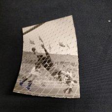 Coleccionismo deportivo: FOTOGRAFIA ORIGINAL - JUGADA DE UN PARTIDO DEL C.F. BARCELONA. Lote 113988107