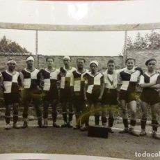 Coleccionismo deportivo: U.E. FIGUERES. FOTO ORIGINAL DE LA PLANTILLA AÑOS 1930S. FORMATO: 18 X 13 CTMS.. Lote 114382931