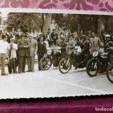 Coleccionismo deportivo: ANTIGUA FOTOGRAFÍA.CARRERA MOTOS.PILOTOS.PASEO DE LA ALAMEDA.VALENCIA.FOTO AÑOS 40/50.MOTOCICLISMO.. Lote 114491587