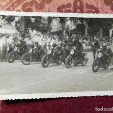 Coleccionismo deportivo: ANTIGUA FOTOGRAFÍA.CARRERA MOTOS.PILOTOS.PASEO DE LA ALAMEDA.VALENCIA.FOTO AÑOS 40/50.MOTOCICLISMO.. Lote 114491619