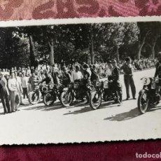 Coleccionismo deportivo: ANTIGUA FOTOGRAFÍA.CARRERA MOTOS.PILOTOS.PASEO DE LA ALAMEDA.VALENCIA.FOTO AÑOS 40/50.MOTOCICLISMO.. Lote 114491675