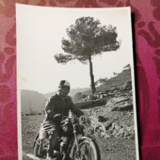 Coleccionismo deportivo: ANTIGUA FOTOGRAFÍA.CARRERA MOTOS.PILOTO.FOTOGRAFO FINEZAS.VALENCIA.FOTO AÑOS 40/50.MOTOCICLISMO. Lote 114492787