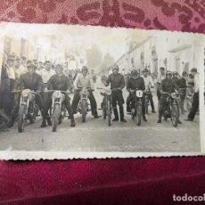 Coleccionismo deportivo: ANTIGUA FOTOGRAFÍA.CARRERA MOTOS.PILOTOS.FOTO AÑOS 40/50.MOTOCICLISMO. Lote 114492935