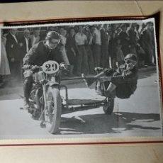 Coleccionismo deportivo: ANTIGUA FOTOGRAFÍA. CARRERA DE MOTOS.SIDECAR.GRAN TAMAÑO.FOTO AÑOS 40/50.MOTOCICLISMO.. Lote 120351944