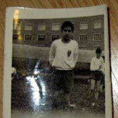 Coleccionismo deportivo: FOTOGRAFIA ANTIGUA FUTBOL CHICO CON CAMISETA DEL REAL ZARAGOZA. Lote 115407107