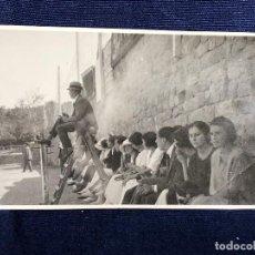 Coleccionismo deportivo: FOTOGRAFÍA PARTIDO DE TENIS ÁRBITRO SUBIDO EN LA SILLA ESPECTADORAS CAMPO RED PPIO S XX. Lote 117199895