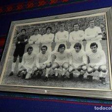 Coleccionismo deportivo: FOTO ENMARCADA ALINEACIÓN REAL MADRID PRIMEROS AÑOS 70. 23X16,5 CMS. . Lote 117530599