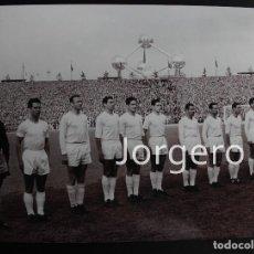 Coleccionismo deportivo - R. MADRID. ALINEACIÓN CAMPEÓN COPA DE EUROPA 1957-1958 EN HEYSEL CONTRA EL MILÁN. FOTO - 159711550