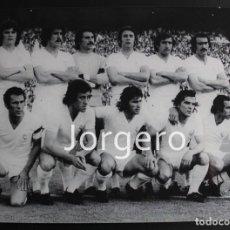 Coleccionismo deportivo: R. MADRID. ALINEACIÓN CAMPEÓN COPA GENERALÍSIMO 1974-1975 EN EL CALDERÓN CONTRA AT. MADRID. FOTO. Lote 121782243