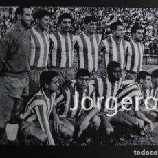 Coleccionismo deportivo - AT. MADRID. ALINEACIÓN FINALISTA COPA GENERALÍSIMO 1963-1964 EN EL BERNABÉU CONTRA EL ZARAGOZA. FOTO - 121785411