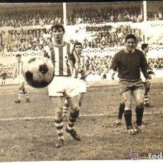 Coleccionismo deportivo: ANTIGUA FOTOGRAFIA ORIGINAL EN EL VIEJO ESTADIO ATOCHA - REAL SOCIEDAD-REAL VALLADOLID - DECADA 1960. Lote 122033043