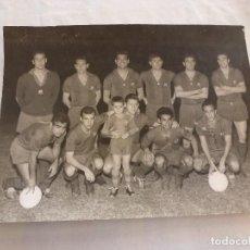 Coleccionismo deportivo: GRAN FOTO ORIGINAL(30X40)-(6-11-1963) NASTIC TARRAGONA 0 F.C.BARCELONA 8.FIRMAS ORIGINALES BARÇA.. Lote 124539395