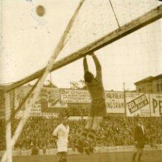 Coleccionismo deportivo: FUTBOL. ENCUENTRO REAL MADRID-ATHLETIC. CHAMARTIN 3 NOVBRE DE 1935. FOTO VIDEA. TAMAÑO 14,7X18,6 CM.. Lote 124548067