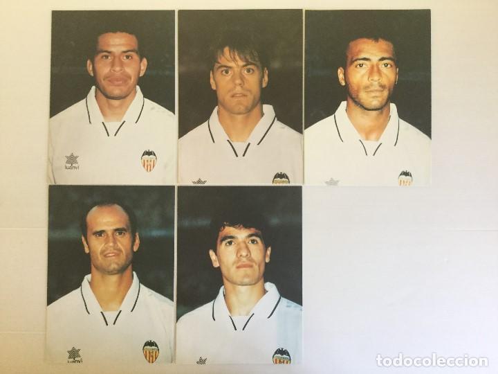 Coleccionismo deportivo: Lote 13 fotografías fútbol jugadores del Valencia CF - Foto 2 - 124921627