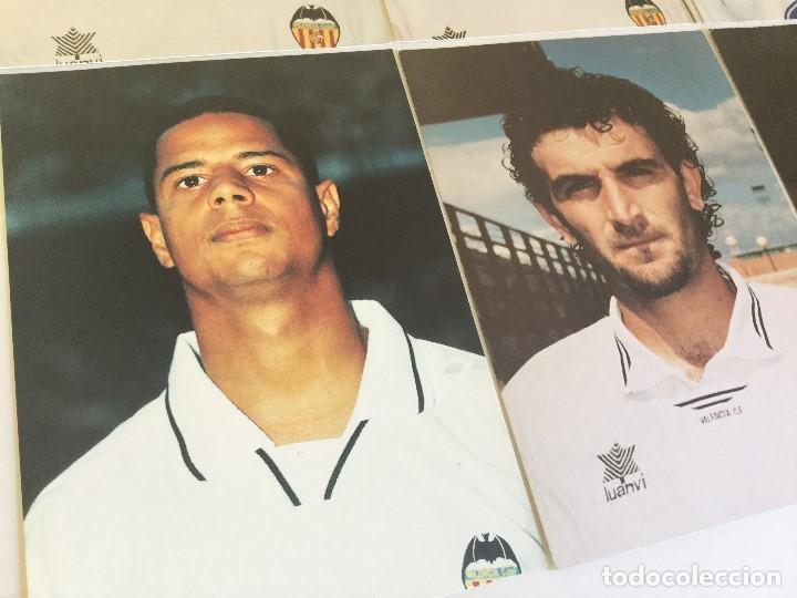 Coleccionismo deportivo: Lote 13 fotografías fútbol jugadores del Valencia CF - Foto 5 - 124921627