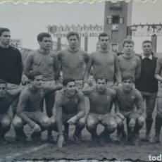 Coleccionismo deportivo: FOTO EQUIPO LA BAÑEZA, LEÓN, 1964,VISITA VALLADOLID, ORIGINAL. Lote 126638207