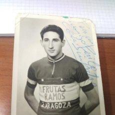 Coleccionismo deportivo: FOTOGRAFIA ORIGINAL FIRMADA Y DEDICADA CICLISTA POR DETERMINAR. EQUIPO FRUTAS RAMOS . ZARAGOZA 60'. Lote 128003127