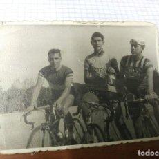 Coleccionismo deportivo: FOTOGRAFIA ORIGINAL CICLISMO CICLISTAS VILLUENDAS Y OTROS ZARAGOZA AÑOS 60. BICICLETA. Lote 128038091
