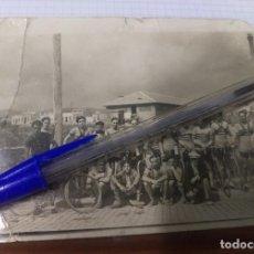 Coleccionismo deportivo: FOTOGRAFIA ORIGINAL EQUIPO CICLISTA TOUR DE FRANCIA ESPAÑA 1935. FIRMADA. BICICLETA ORBEA. MUY RARA. Lote 128045475