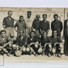 Coleccionismo deportivo: ANTIGUA FOTOGRAFÍA DE EQUIPO DE FÚTBOL - ALINEACIÓN - AÑOS 40-50. Lote 129524931