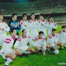 Coleccionismo deportivo: FOTOGRAFIA ALINEACION SEVILLA FC.MARADONA,SIMEONE,SUKER.... Lote 130995752