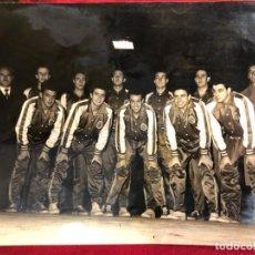 Coleccionismo deportivo: FOTO PLANTILLA REAL MADRID DE BALONCESTO AÑOS 50-60 - MEDIDA 24X18. Lote 131177944