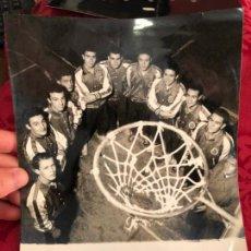 Coleccionismo deportivo: FOTO PLANTILLA REAL MADRID DE BALONCESTO AÑOS 50-60 - MEDIDA 24X18. Lote 131178020